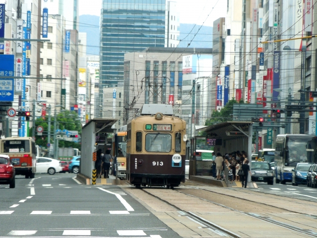 広島市街、電車が道路を走る街